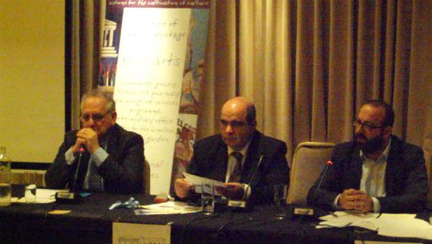 Από δεξιά ο πρόεδρος του Νέου Κύκλου Κωνσταντινουπολιτών Νίκος Ουζούνογλου, ο πρόεδρος του Ομίλου UNESCO Πειραιώς και Νήσων Γιάννης Μαρωνίτης και ο ιστορικός ερευνητής Βασίλης Μεϊχανετζίδης.