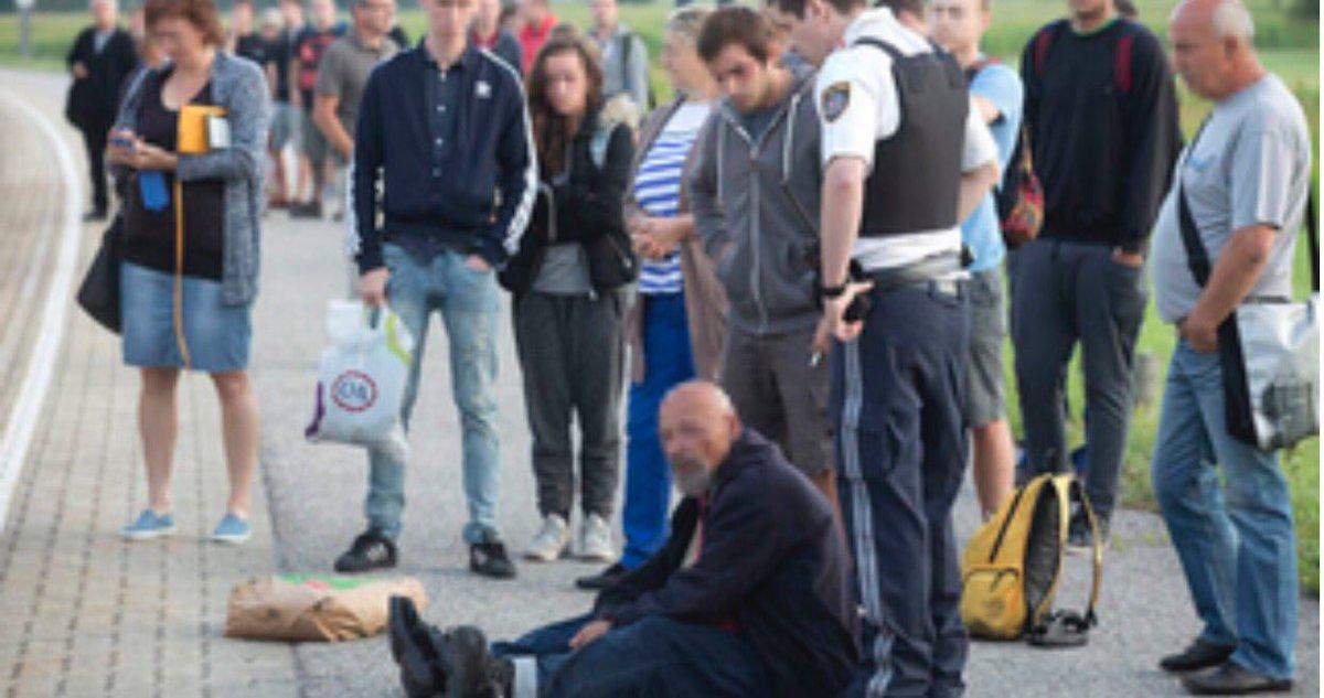 Επιβάτες τρένου αναμένουν την αστυνομία για να συλλάβει τον δράστη επίθεσης με μαχαίρι, ο οποίος διακρίνεται στο έδαφος, σε φωτογραφίες που αναρτήθηκαν στο Διαδίκτυο.