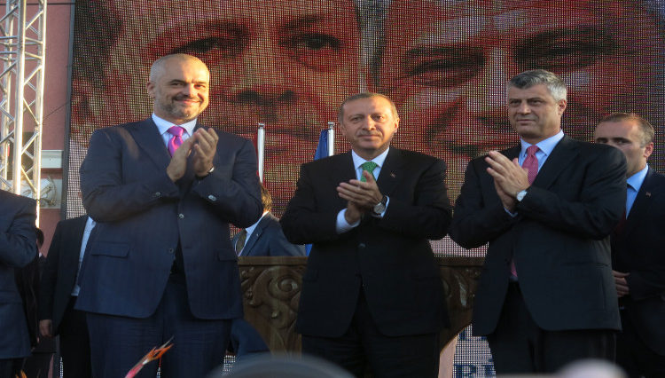 Οι Πρωθυπουργοί της Αλβανίας Έντι Ράμα, της Τουρκίας Ρετζέπ Ταγίπ Ερντογάν και του Κοσόβου Χασίμ Θάτσι στο Πρίζρεν του Κοσόβου τον Οκτώβριο του 2013