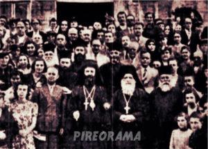 Από τα εγκαίνια του ναού της Αγίας Παρασκευής Καλλίπολης. Ο Επίσκοπος Ταλαντίου κ. Παντελεήμων με τους ιερείς του Ναού. Γύρω τους τα μέλη της Επιτροπής Ανέγερσης. Ο ναός ανεγέρθηκε στην θέση που πριν υπήρχε παράπηγμα από το 1927. Το πρώτο εκείνο παράπηγμα είχε ανεγερθεί από τον ιερέα Μιχαήλ Καρακάση. Για την αποπεράτωση του ναού εργάστηκαν οι επίτροποι Θ. Θεοφανίδης, Τσόγκα, Γ. Καρακάση, Αντωνιάδη, Μολιτίδη και Φιλιππίδη.