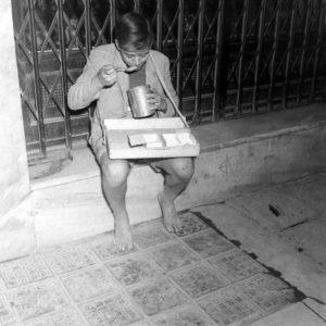 Φώτο: D. Kessel - Πλανόδιος πωλητής τσιγάρων το 1944