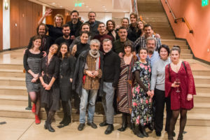 Η Ιώ Βουλγαράκη (σκηνοθέτης της παράστασης), η Έφη Γιαννοπούλου (μεταφράστρια του έργου) με τους ηθοποιούς & συντελεστές της παράστασης.