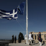 Παρουσία ΠτΔ και Μ. Σχοινά η ταυτόχρονη έπαρση ελληνικής και ευρωπαϊκής σημαίας στην Ακρόπολη