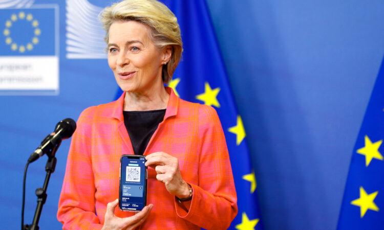 Με το ψηφιακό πιστοποιητικό στο χέρι η Πρόεδρος της Κομισιόν