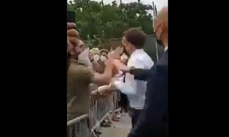 Άνδρας χαστούκισε τον πρόεδρο Εμανουέλ Μακρόν κατά τη διάρκεια επίσκεψης