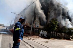Το κτίριο της Ομηρίδου Σκυλίτση στις φλόγες.